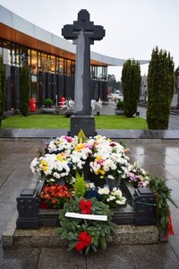 The grave of Michael Collins in Glasnevin. The card from Veronique can be seen just behind the wreath.